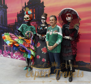 President of the National Fan House of Una Probadita de Mexico Javier Ruiz-Galindo with the participants of the carnival La Calavera de la Catrina